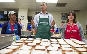 Barack Obama mặc tạp dề làm bếp