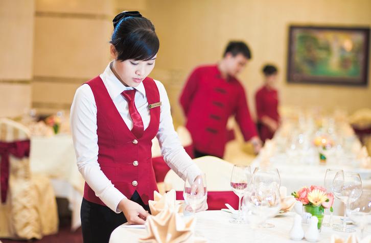 Kết quả hình ảnh cho nhân viên chạy bàn nhà hàng